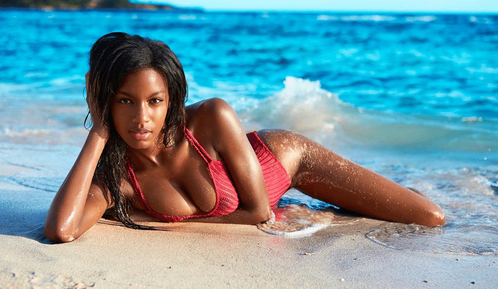 modella nera in spiaggia